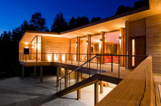 L'une des façons les plus populaires de décorer une façade est la garniture en bois.