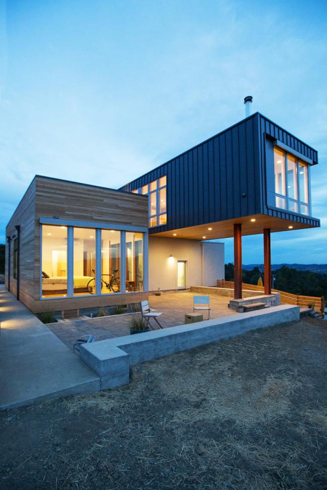 Une belle combinaison de métal et de bois dans la conception de la façade d'une maison de campagne