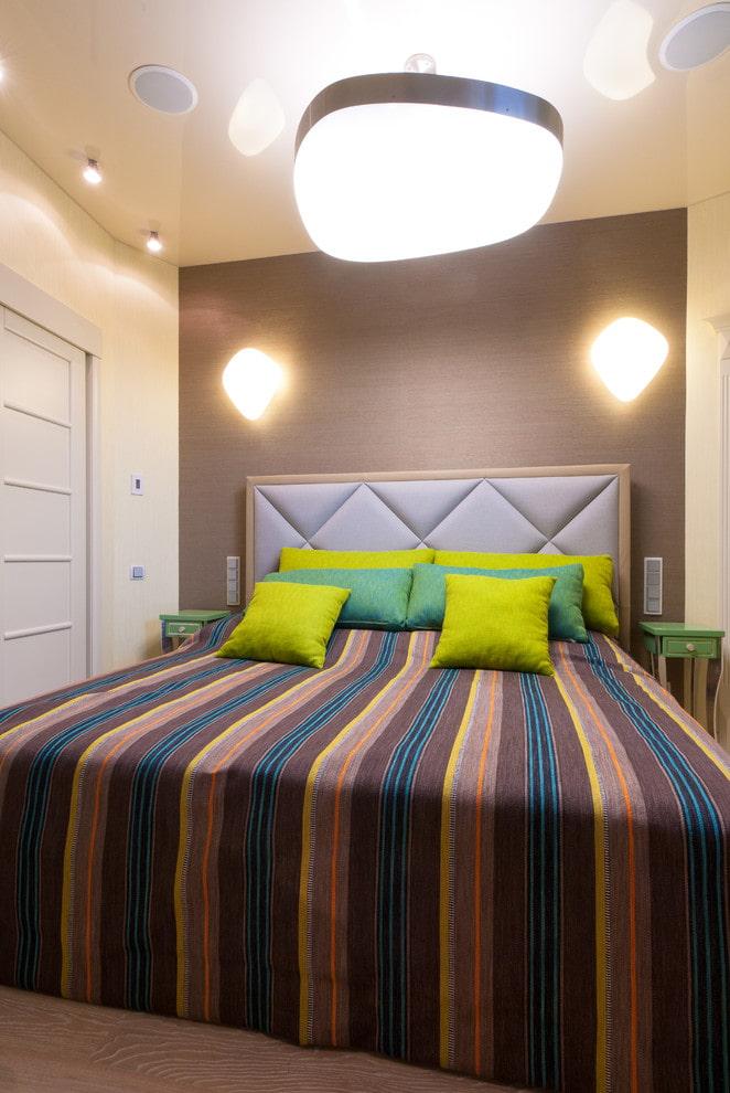 lit semi-double avec un couvre-lit à l'intérieur