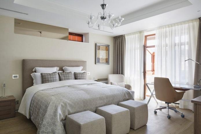 lit avec couvre-lit gris dans la chambre