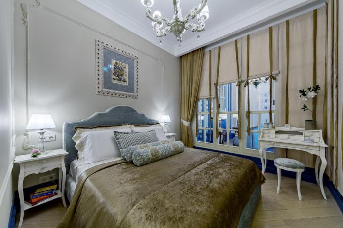 lit avec couvre-lit en velours à l'intérieur