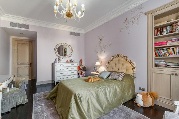 lit avec un couvre-lit en satin à l'intérieur
