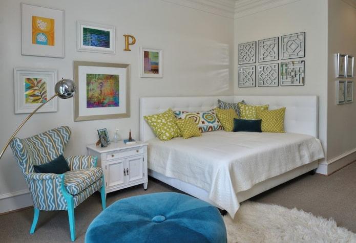 lit à deux dossiers avec un couvre-lit à l'intérieur