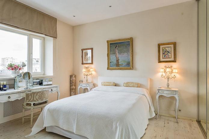 lit avec couvre-lit blanc dans la chambre