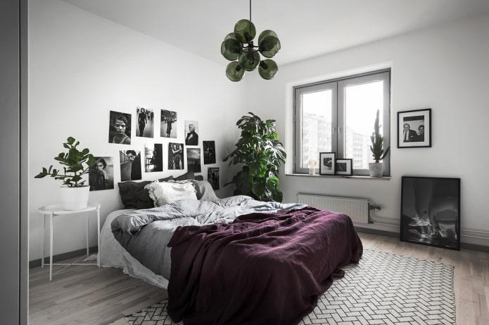 lit avec couvre-lit violet dans la chambre
