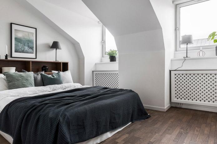 lit avec couvre-lit noir dans la chambre