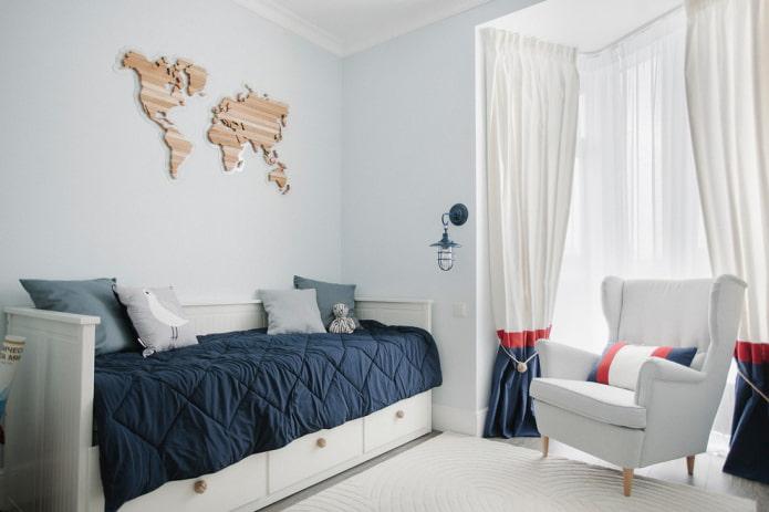 lit avec couvre-lit bleu dans la chambre