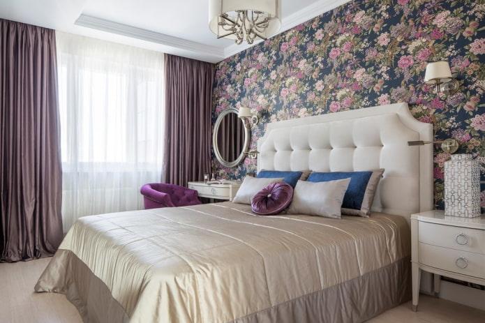 lit avec couvre-lit beige dans la chambre