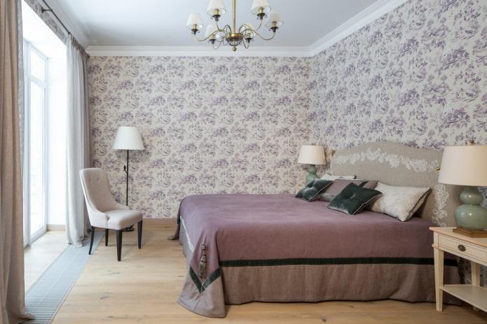 lit avec couvre-lit lilas dans la chambre