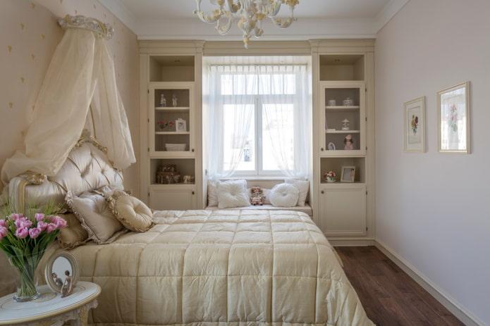 lit avec un couvre-lit matelassé dans la chambre