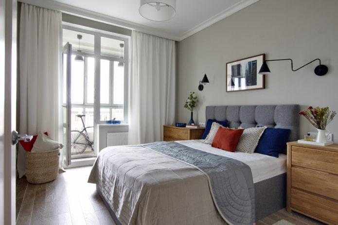 lit avec couvre-lit double dans la chambre