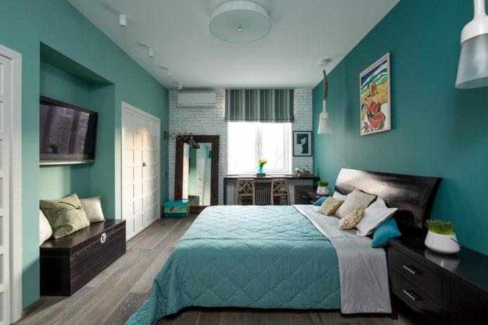 lit avec couvre-lit turquoise dans la chambre