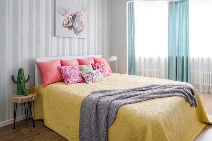 lit avec couvre-lit jaune dans la chambre