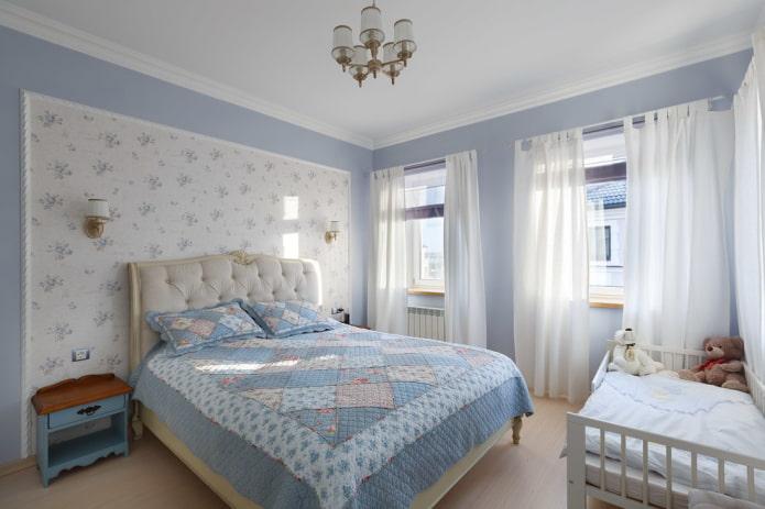 lit avec couvre-lit patchwork dans la chambre