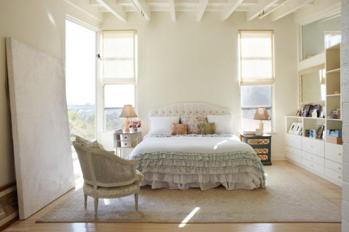 lit avec couvre-lit à volants dans la chambre