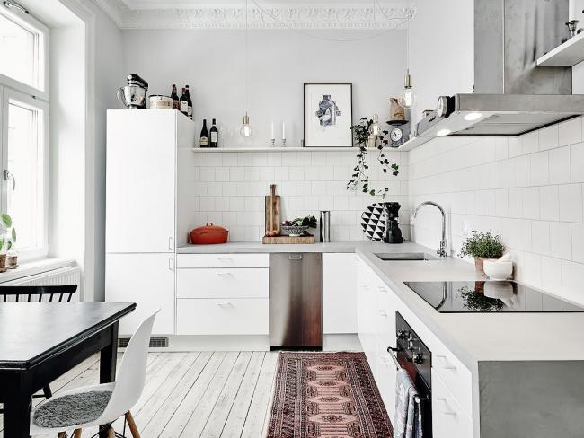 Style scandinave blanc neige dans une petite pièce