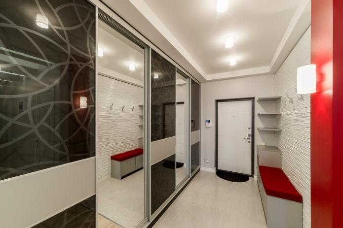 armoire coulissante à l'intérieur du couloir