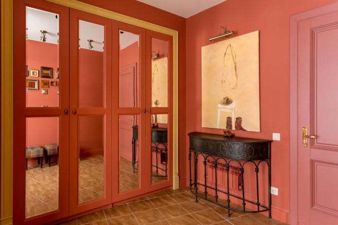 armoire encastrée à l'intérieur du couloir