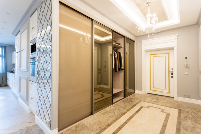 remplir l'armoire à l'intérieur du couloir