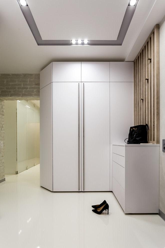 armoire dans le coin à l'intérieur du couloir