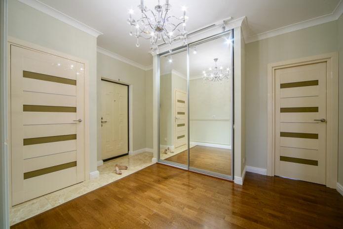 armoire dans une niche à l'intérieur du couloir
