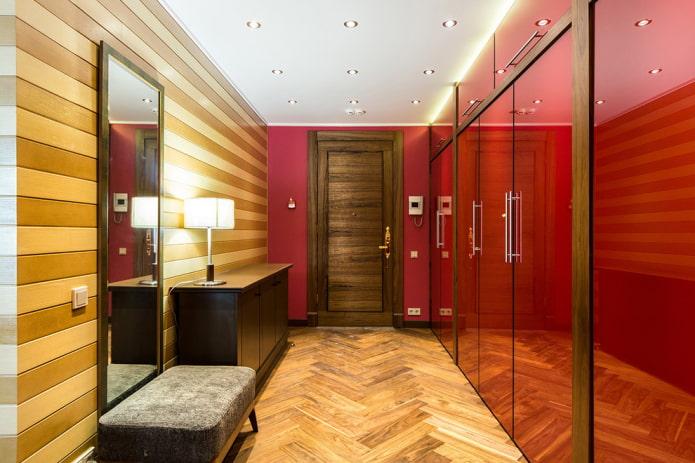 armoire murale pleine à l'intérieur du couloir