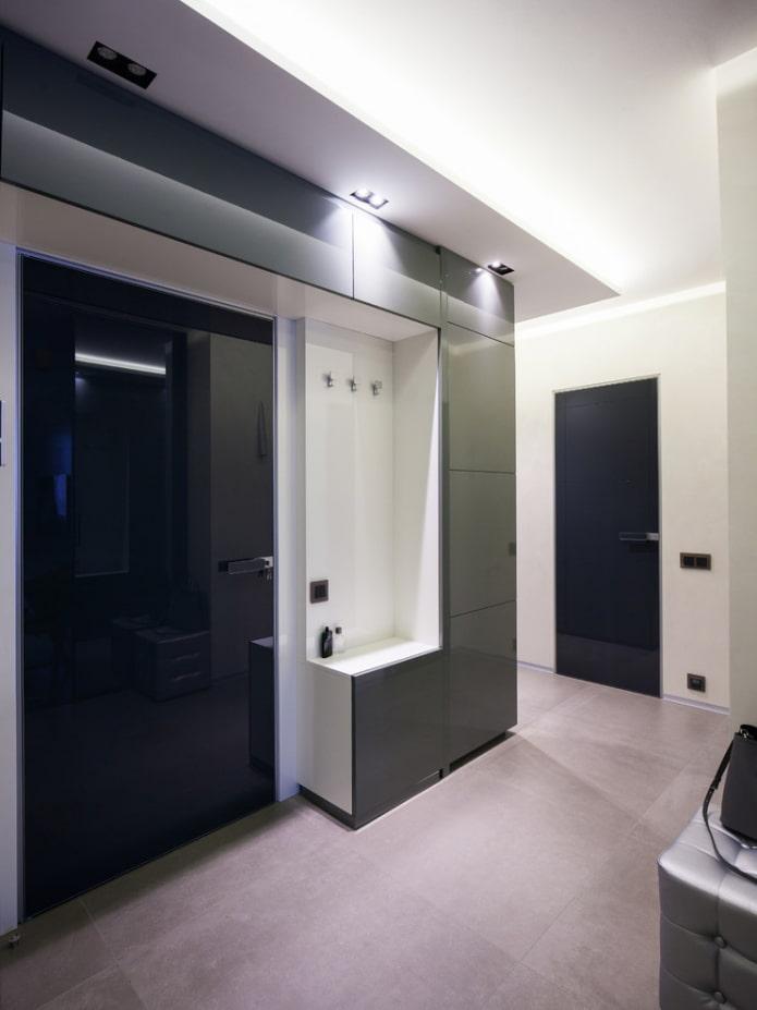 armoire autour de la porte à l'intérieur du couloir
