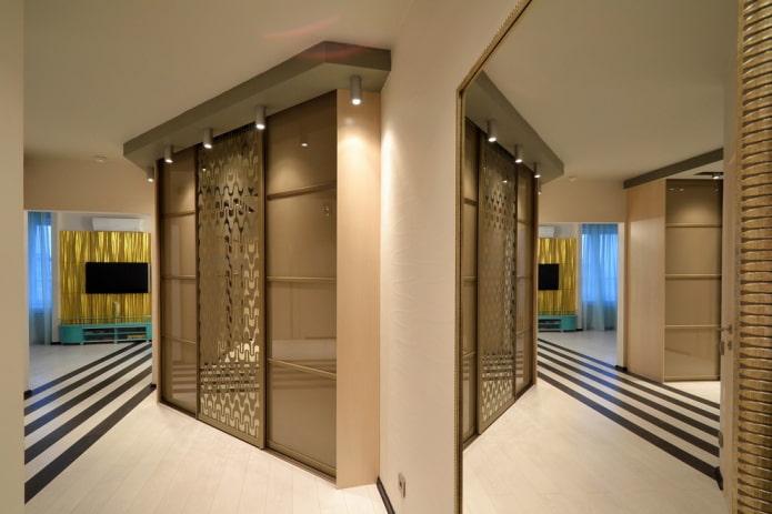 armoire jusqu'au plafond à l'intérieur du couloir
