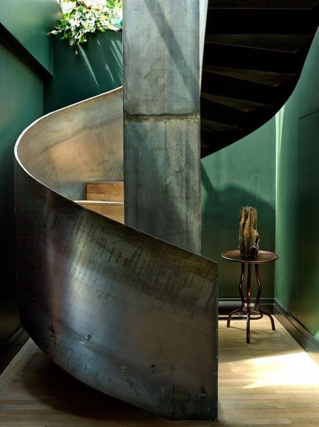 Escalier en métal élégant