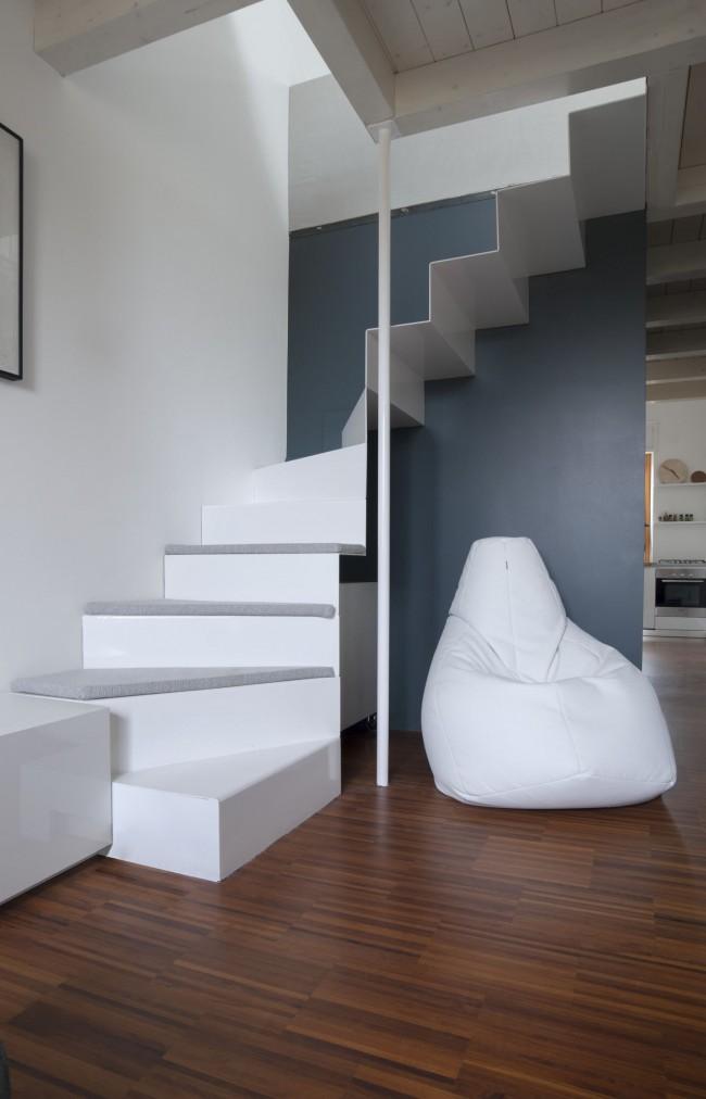 Escalier en métal blanc au deuxième étage