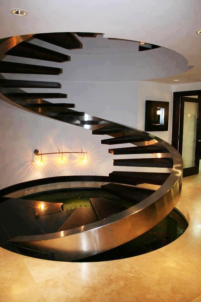 Escalier en colimaçon inhabituel en métal