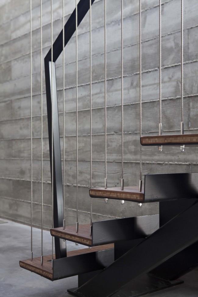 L'escalier sur une structure en métal est durable et s'intégrera dans n'importe quel intérieur