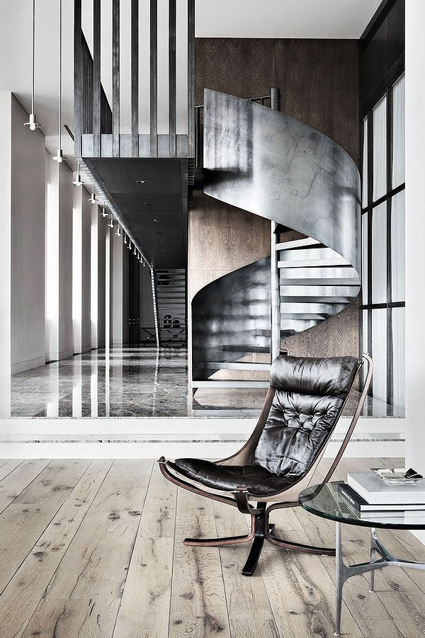 Intérieur élégant avec un escalier sur un cadre en métal
