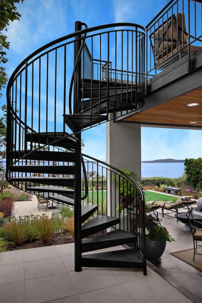 Escalier extérieur en métal au deuxième étage