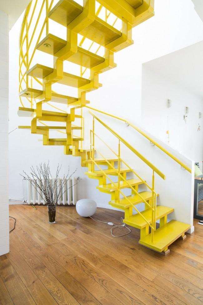 L'escalier jaune vif avec un cadre en métal a fière allure dans un intérieur blanc