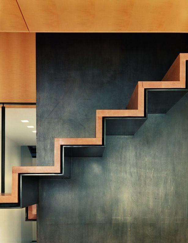 Exécution inhabituelle d'escaliers avec des marches du mur