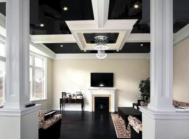 Salon avec un plafond tendu dans un style classique