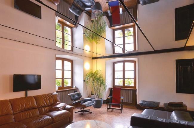 Salon avec plafond tendu en miroir