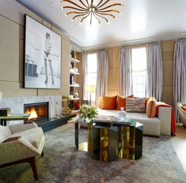 Le salon avec un plafond tendu est très impressionnant