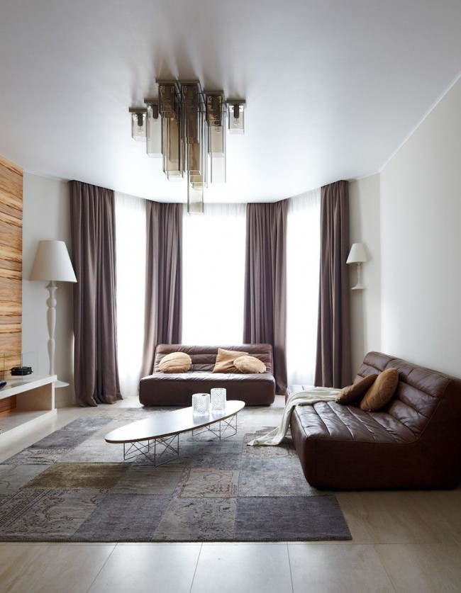 Le plafond tendu blanc aidera à souligner la gravité du salon