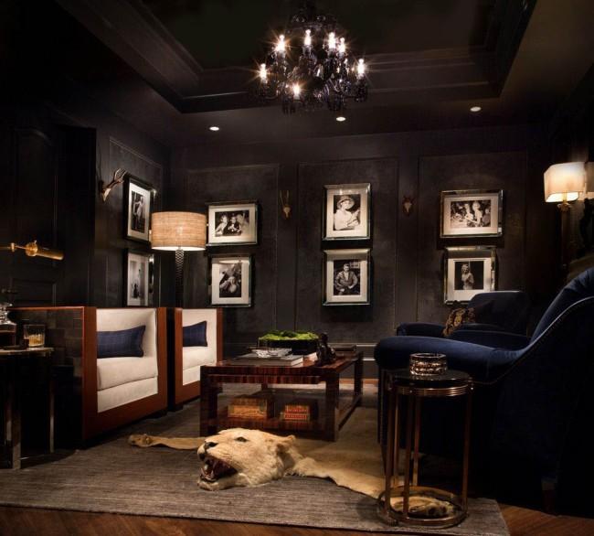 Un salon aux murs noirs et au plafond tendu sera une solution originale pour les personnes habituées à surprendre leurs invités avec des incarnations inattendues.