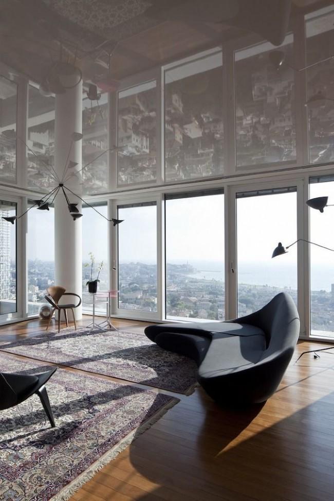 Le plafond tendu brillant aidera à agrandir l'espace