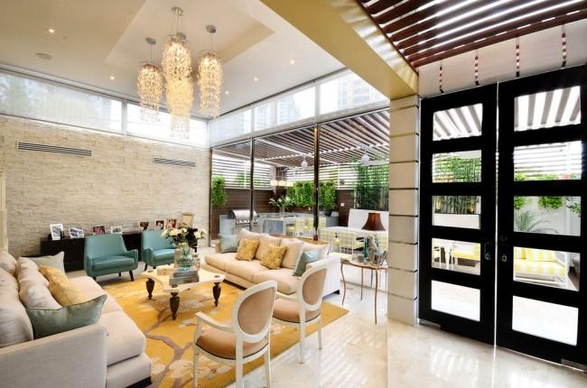Salon spacieux avec plafond tendu brillant