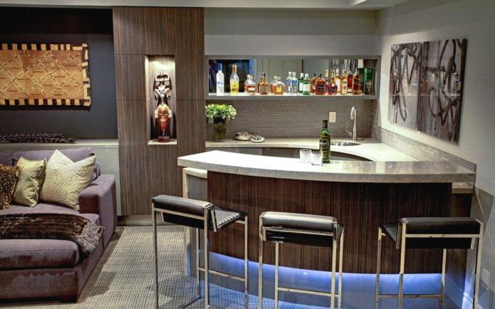comptoir de bar semi-circulaire à l'intérieur du salon