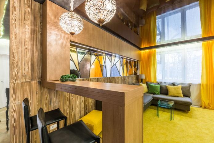comptoir de bar en bois à l'intérieur