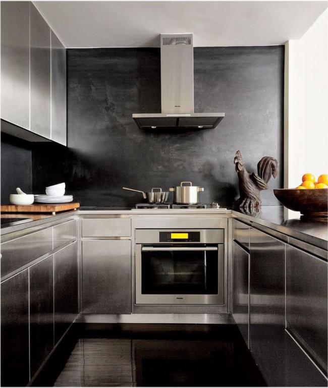 Papier peint en verre noir dans une cuisine métallique