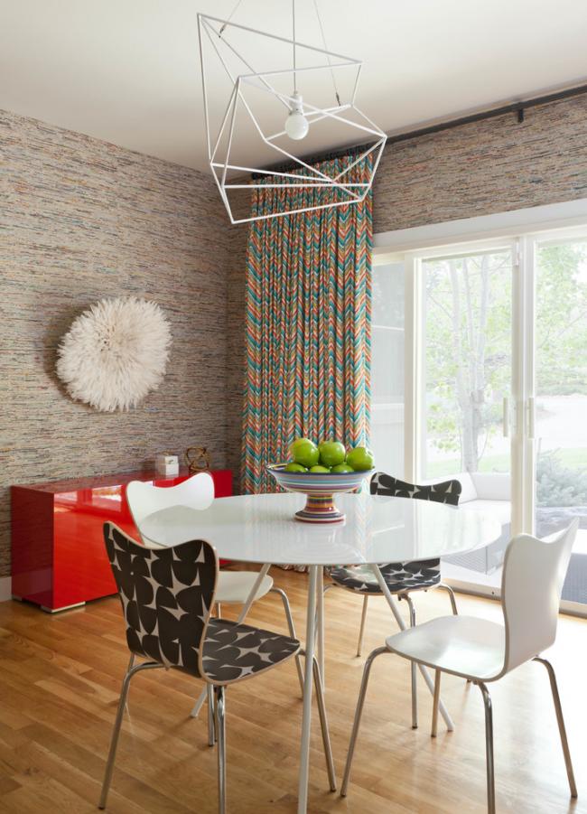 Le papier peint en tissu crée une atmosphère chaleureuse particulière dans la cuisine