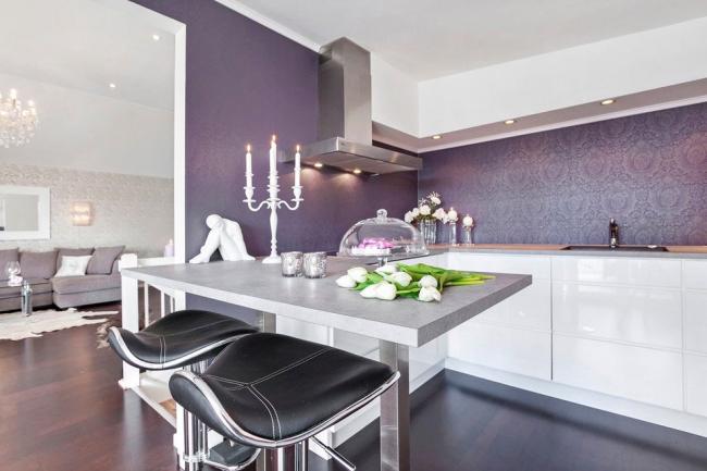 Une combinaison réussie de cuisine légère et de papier peint en verre juteux