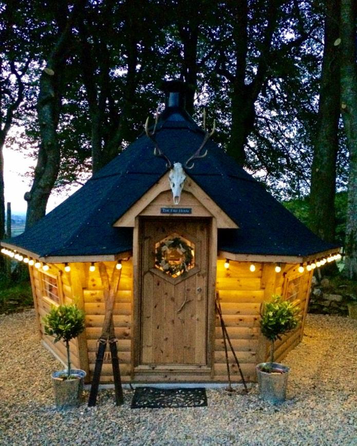 une maison avec un grill pour une résidence d'été