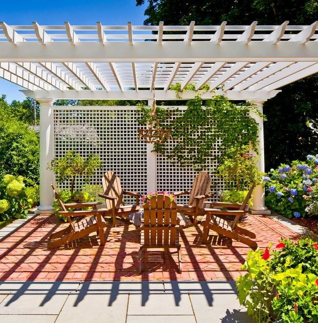 Pergola-écran séparant la zone de loisirs dans le jardin